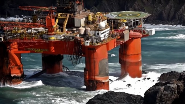 Fuel Leaking from Grounded Drilling Rig